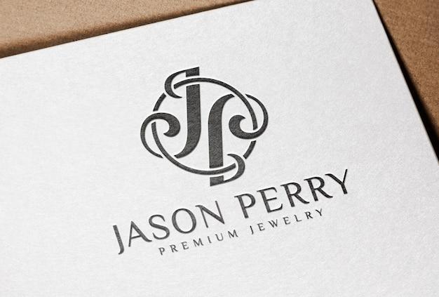 Schwarz gepresstes logo-mockup auf weißem buchdruckpapier