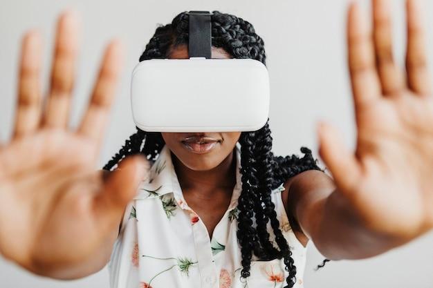 Schwarze frau genießt ein vr-headset-modell