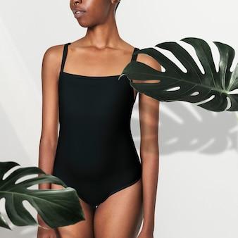 Schwarze frau im schwarzen badeanzugmodell psd
