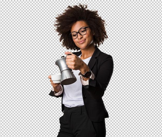 Schwarze geschäftsfrau, die einen tasse kaffee zubereitet