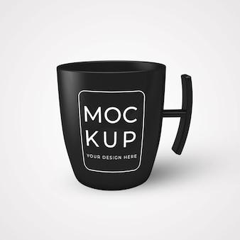 Schwarze kaffeetasse auf tischmodell