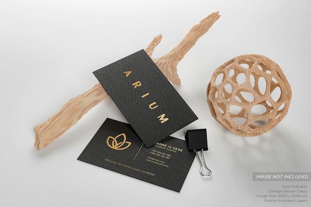 Schwarze luxus-visitenkarte auf dem boden mit zweigen