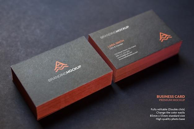 Schwarze visitenkartenmodellstapel von karten auf einer schwarzen oberfläche