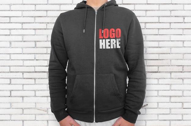 Schwarzer hoodie rechte seite mit reißverschluss-modell