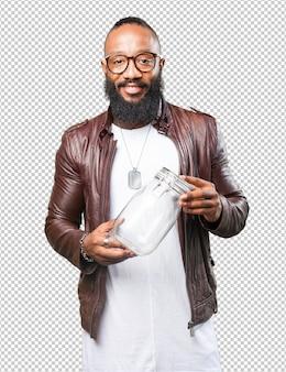 Schwarzer mann, der ein glasglas hält