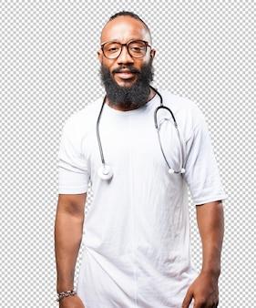 Schwarzer mann, der ein stethoskop hält