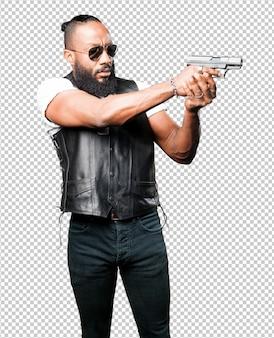Schwarzer mann, der eine knallgewehr verwendet