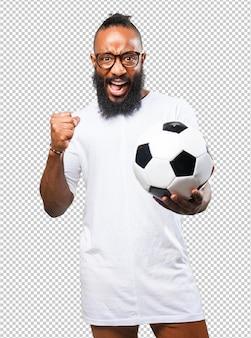 Schwarzer mann, der einen fußball hält