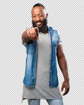 Schwarzer mann, der front auf weiß zeigt