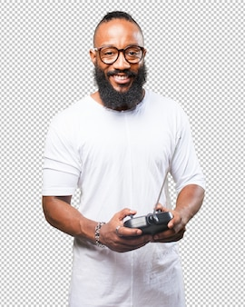 Schwarzer mann, der mit einer autofernbedienung spielt