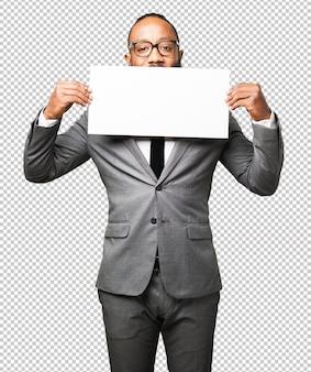 Schwarzer mann des geschäfts, der ein plakat hält