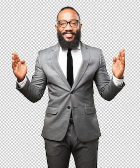 Schwarzer mann des geschäfts, der ein produkt zeigt