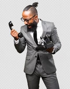 Schwarzer mann des geschäfts, der ein telefon hält