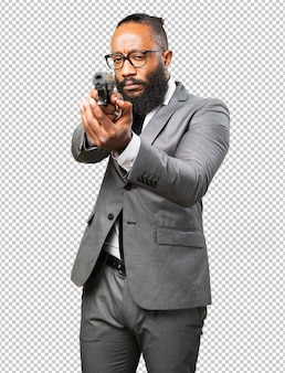 Schwarzer mann des geschäfts, der eine gewehr hält