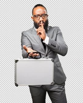 Schwarzer mann des geschäfts, der einen koffer hält