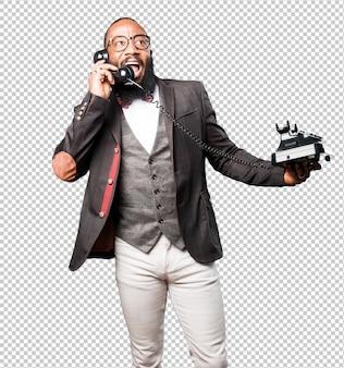 Schwarzer mann des geschäfts, der per telefon spricht