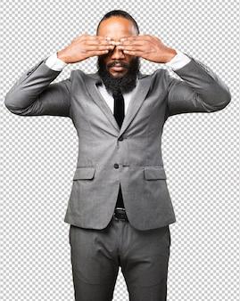 Schwarzer mann des geschäfts, der sein gesicht bedeckt