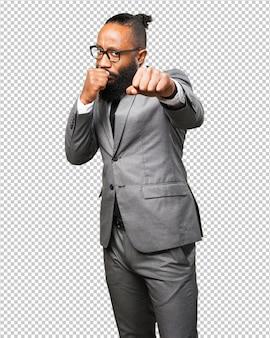 Schwarzer mann des geschäfts, der zur front locht