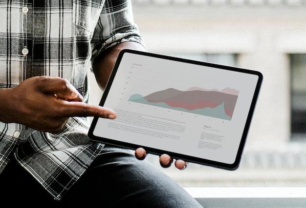 Schwarzer mann zeigt ein digitales tablet an