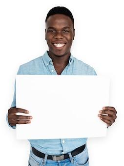 Schwarzer mann zeigt leere banner