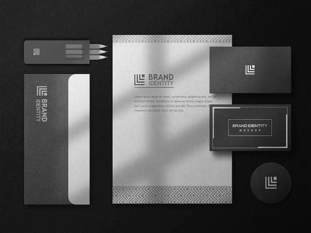 Schwarzes briefpapier-mockup-set mit draufsicht