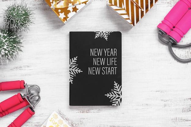 Schwarzes buch mit leerem cover für ein gesundes konzept für neujahrsvorsätze
