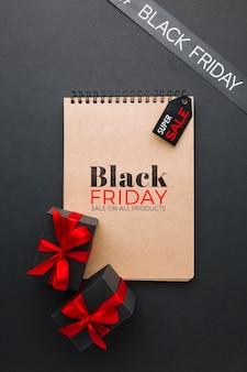 Schwarzes freitag-konzeptmodell auf schwarzem hintergrund
