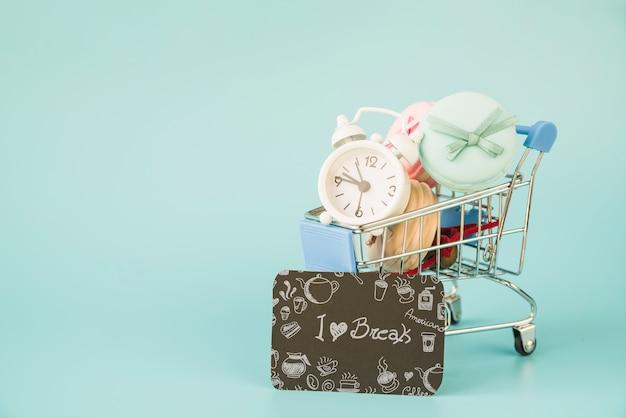 Schwarzes freitag-modell mit einkaufskarte und -brett