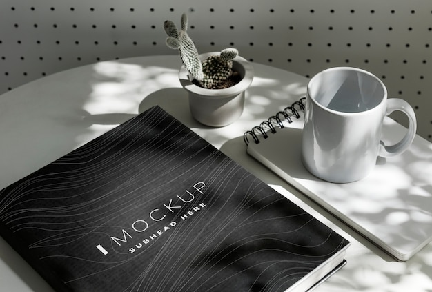Schwarzes lehrbuchabdeckungsmodell auf einer tabelle