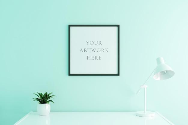 Schwarzes quadratisches plakatrahmenmodell auf arbeitstisch im wohnzimmerinnenraum auf leerem weißem farbwandhintergrund. 3d-rendering.