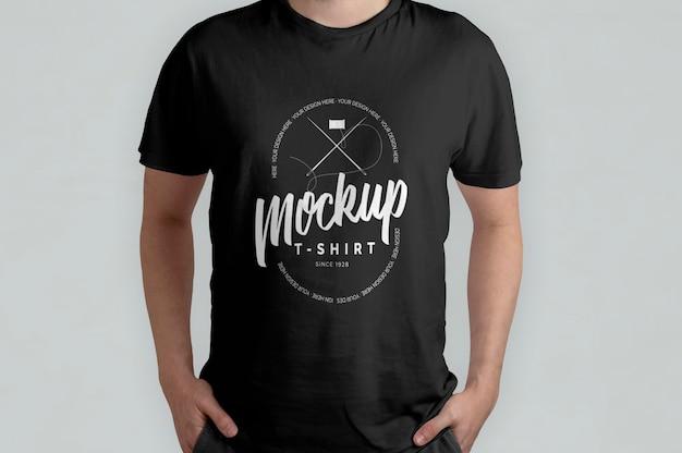 Schwarzes t-shirt modell vorderansicht mockup