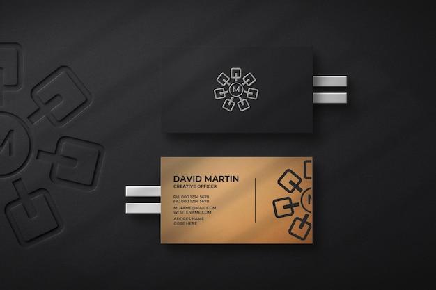 Schwarzes visitenkartenmodell mit präge- und buchdruckeffekt