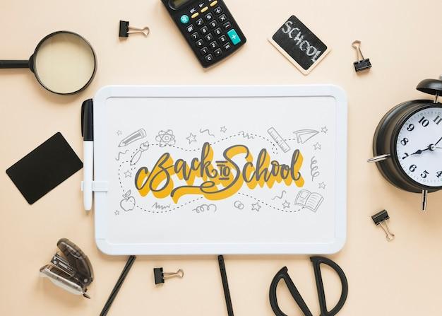 Schwarzes zubehör für den schulanfang mit whiteboard