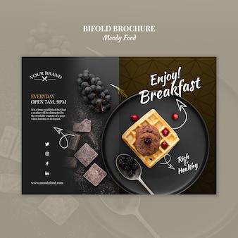 Schwermütiges lebensmittelrestaurant-bifoldbroschüren-konzeptmodell