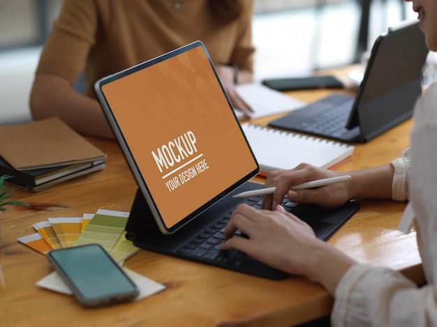 Seitenansicht der studentin, die auf tablet-modell tippt