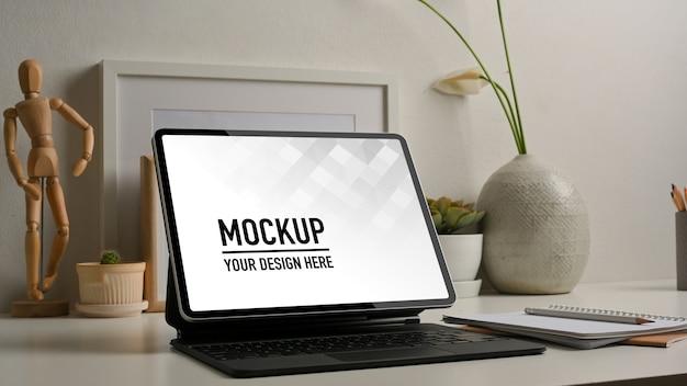 Seitenansicht des arbeitsbereichs mit tablet-modell und dekorationen
