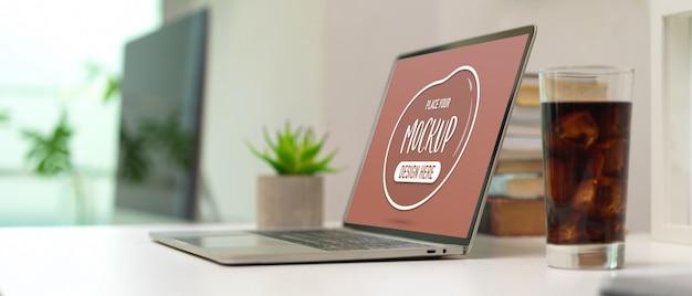 Seitenansicht des arbeitstisches mit modell-laptop