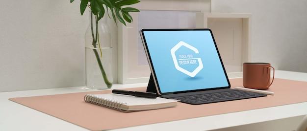 Seitenansicht des digitalen mockup-tablets mit tastatur
