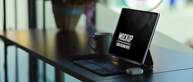 Seitenansicht des digitalen tablet-modells mit tastatur auf schreibtisch