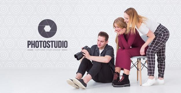 Seitenansicht des fotografen mit weiblichen kunden