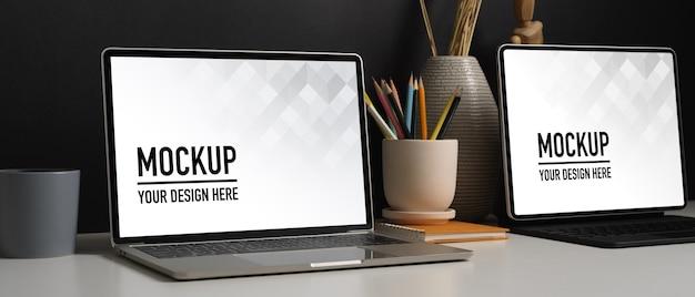 Seitenansicht des home-office-schreibtisches mit tablet-modell und dekorationen