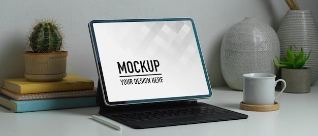 Seitenansicht des home-office-schreibtisches mit tablet-modell