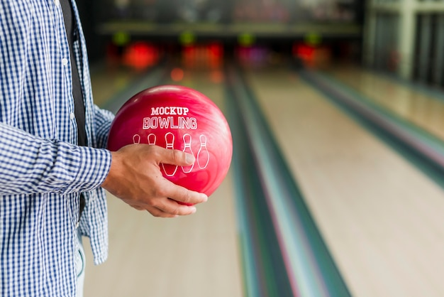 Seitenansicht des mannes, der bowlingkugel hält