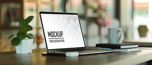 Seitenansicht des tragbaren arbeitsbereichs mit laptop-modell