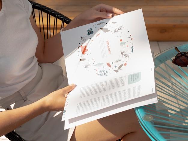 Seitenansichtfrau, die ein naturbuch untersucht
