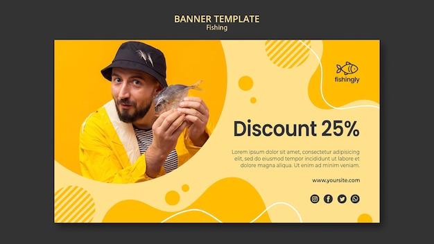 Shop bietet mann in gelbem angelmantel