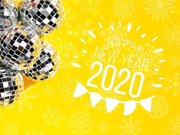 Silberne elegante weihnachtskugeln mit neuem jahr 2020 und girlande
