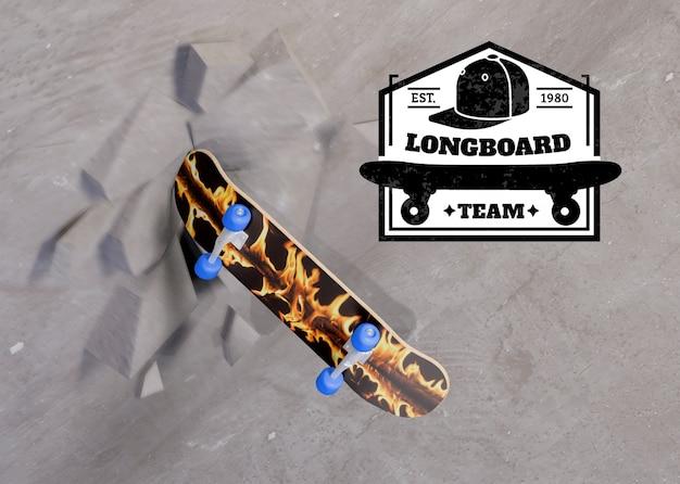 Skateboardmodell, das gegen die wand zusammenstößt