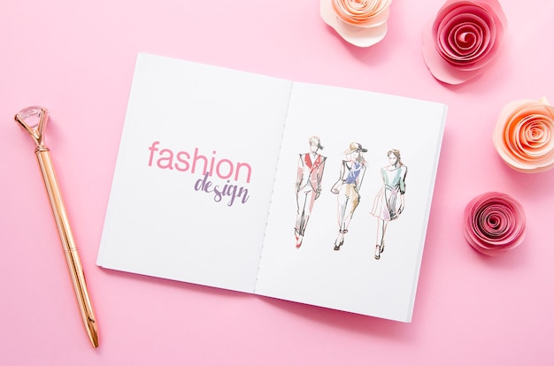 Skizzenbuchmodell auf rosa hintergrund