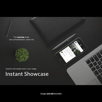 Smartphone auf schwarzem desktop mock up